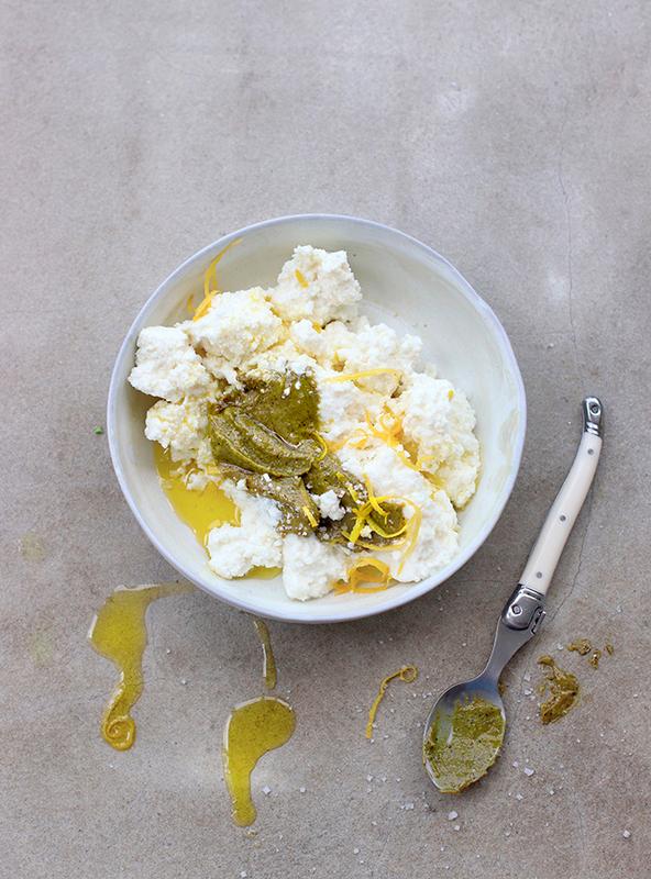 Bruschetta printannière aux légumes primeurs, brousse de brebis, pistaches et citron
